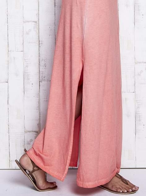 Koralowa dekatyzowana sukienka maxi z cekinowym kwiatem                                  zdj.                                  7