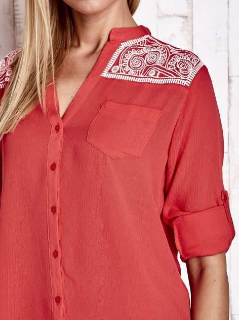 Koralowa koszula damska z haftem na ramionach                                  zdj.                                  6