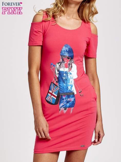 Koralowa sukienka dresowa cut out shoulder z nadrukiem dziewczyny