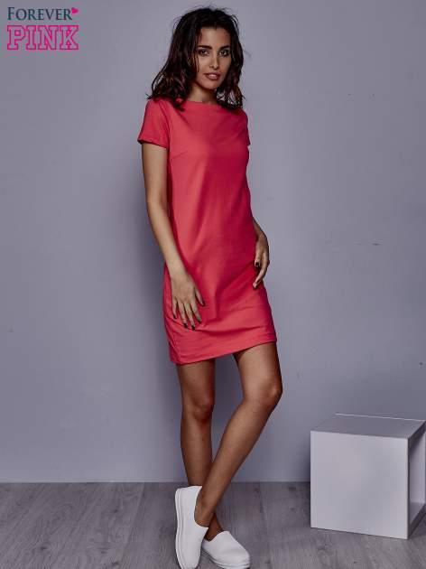 Koralowa sukienka dresowa o prostym kroju                                  zdj.                                  2
