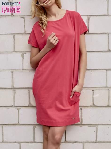 Koralowa sukienka dresowa z kieszeniami po bokach