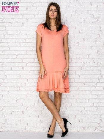 Koralowa sukienka dresowa z ozdobną falbaną                                  zdj.                                  2
