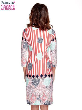 Koralowa sukienka w kwiatowe i geometryczne wzory                                  zdj.                                  4