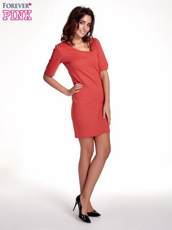 Koralowa sukienka z asymetrycznym dekoltem                                   zdj.                                  2