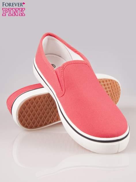 Koralowe buty slip on na białej podeszwie                                  zdj.                                  4