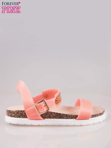 Koralowe sandały z blaszką na korkowej podeszwie