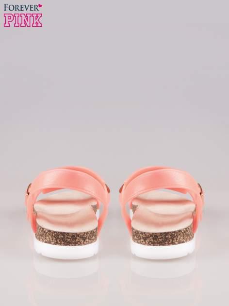Koralowe sandały z blaszką na korkowej podeszwie                                  zdj.                                  3