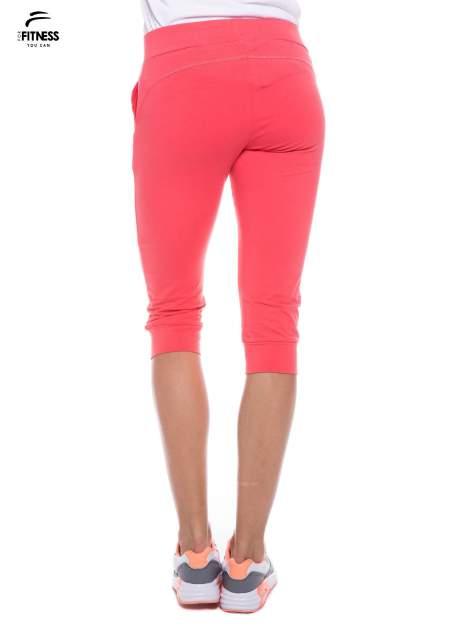 Koralowe sportowe spodnie za kolano typu capri                                  zdj.                                  3