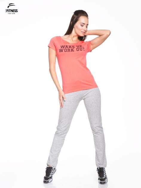 Koralowy bawełniany t-shirt z nadrukiem tekstowym WAKE UP WORK OUT                                  zdj.                                  5