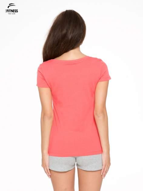 Koralowy gładki t-shirt z dekoltem w serek                                  zdj.                                  4