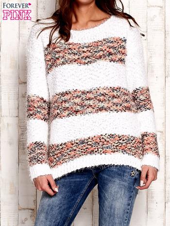 Koralowy puszysty sweter w kolorowe pasy                                  zdj.                                  1