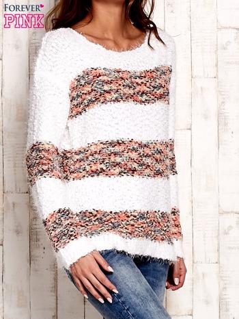 Koralowy puszysty sweter w kolorowe pasy                                  zdj.                                  4