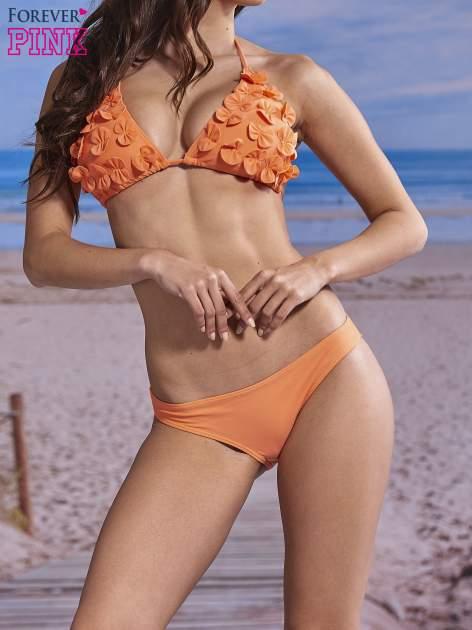Koralowy stanik od bikini wiązany na szyi z kokardkami na miseczkach