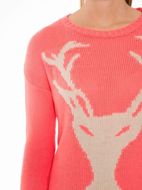 Koralowy sweter z jelonkiem i efektem destroyed                                  zdj.                                  5