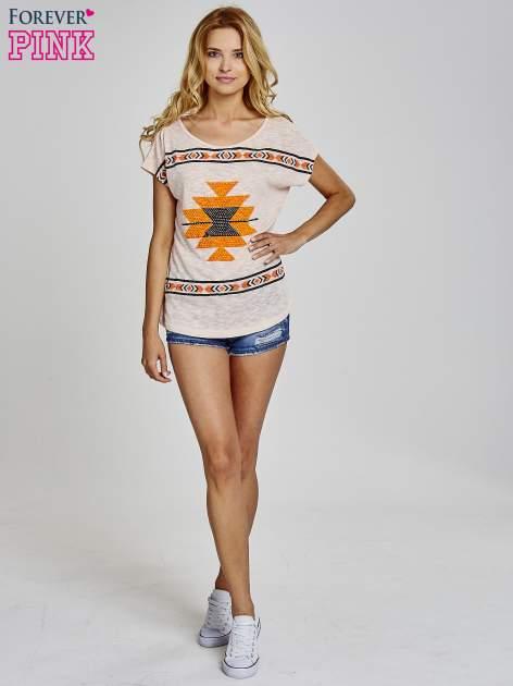 Koralowy t-shirt we wzory azteckie z dżetami                                  zdj.                                  2