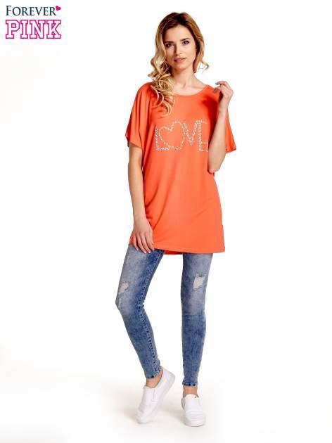 Koralowy t-shirt z biżuteryjnym napisem LOVE                                  zdj.                                  7