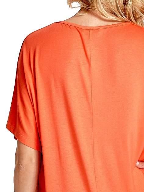 Koralowy t-shirt z biżuteryjnym napisem LOVE                                  zdj.                                  6