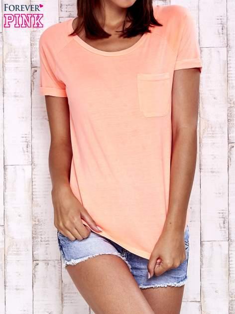 Koralowy t-shirt z kieszonką