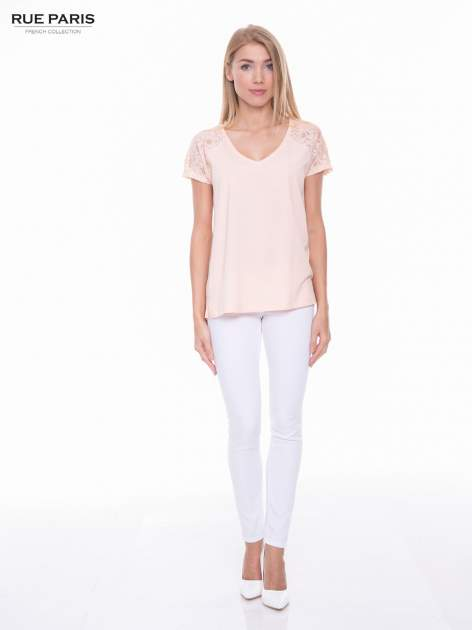 Koralowy t-shirt z koronkowymi rękawami i szyfonowym tyłem                                  zdj.                                  4