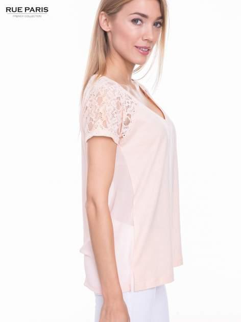Koralowy t-shirt z koronkowymi rękawami i szyfonowym tyłem                                  zdj.                                  5