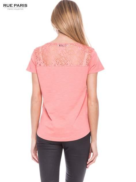 Koralowy t-shirt z koronkowymi wstawkami                                  zdj.                                  3