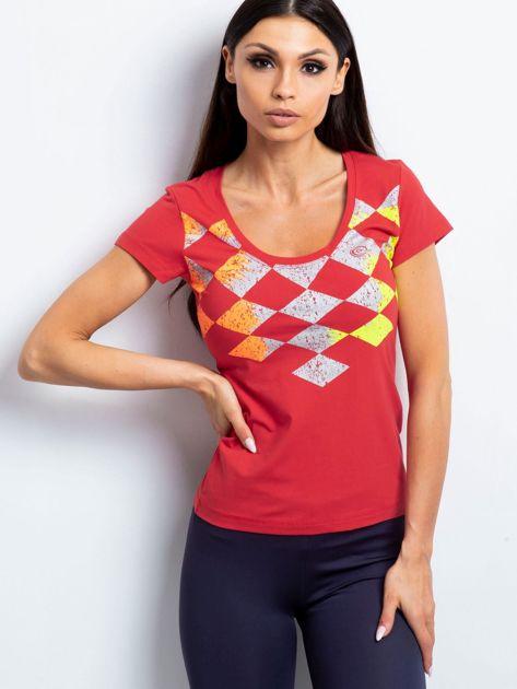 Koralowy t-shirt z nadrukiem kolorowych rombów                               zdj.                              1