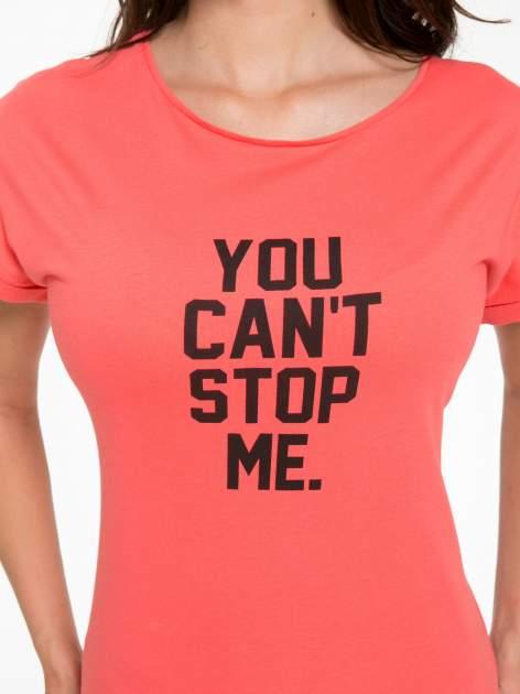Koralowy t-shirt z nadrukiem tekstowym YOU CAN'T STOP ME                                  zdj.                                  5