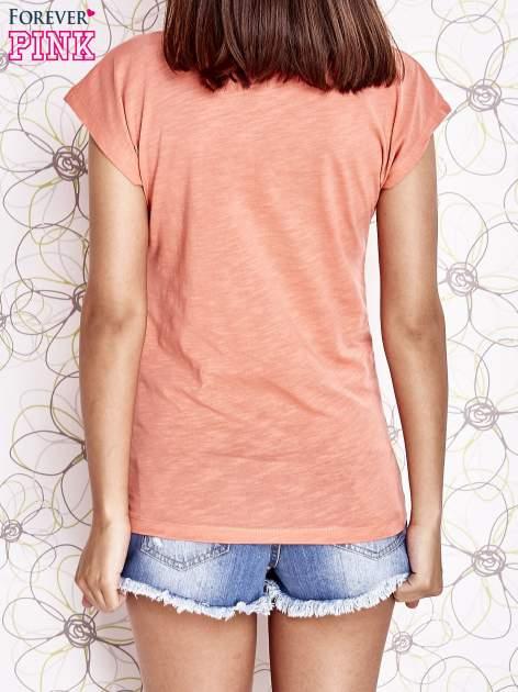Koralowy t-shirt z nadrukiem znaku zapytania                                  zdj.                                  4