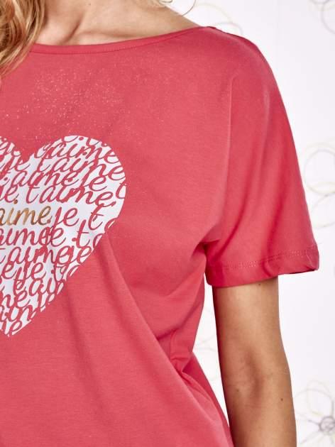 Koralowy t-shirt z napisem JE T'AIME i dekoltem na plecach                                  zdj.                                  5