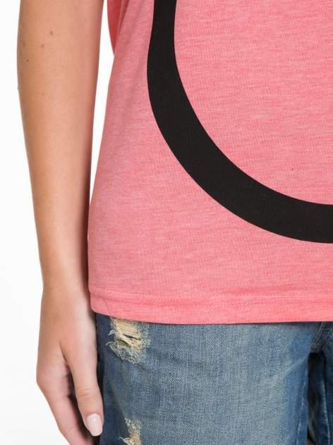 Koralowy t-shirt z napisem WEIRD                                  zdj.                                  11