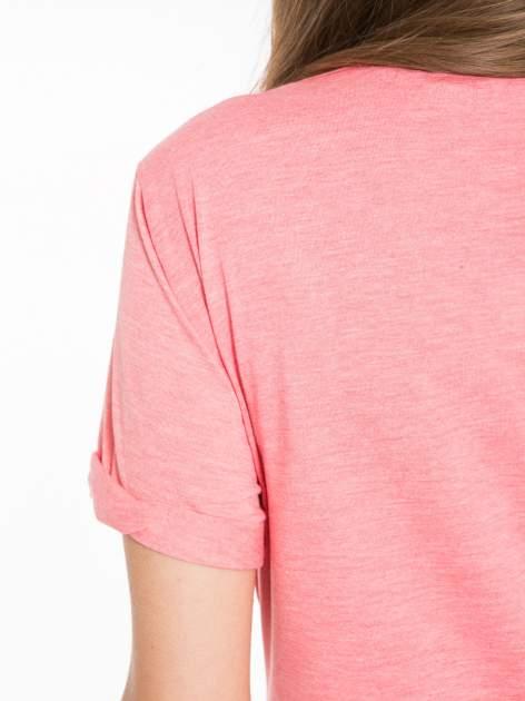 Koralowy t-shirt z napisem WEIRD                                  zdj.                                  6