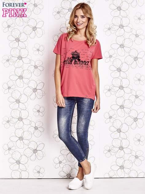 Koralowy t-shirt z ozdobnym napisem i kokardą                                  zdj.                                  2