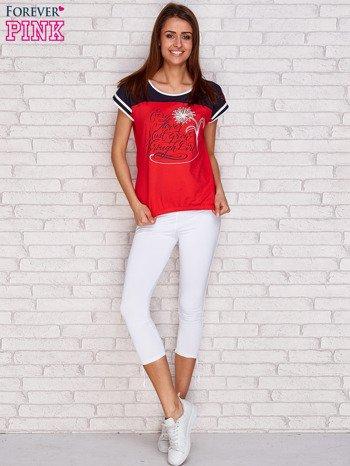 Koralowy t-shirt z tekstowym nadrukiem                               zdj.                              4