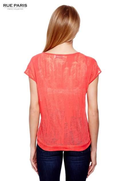Koralowy t-shirt z transparentnym nadrukiem piór                                  zdj.                                  4