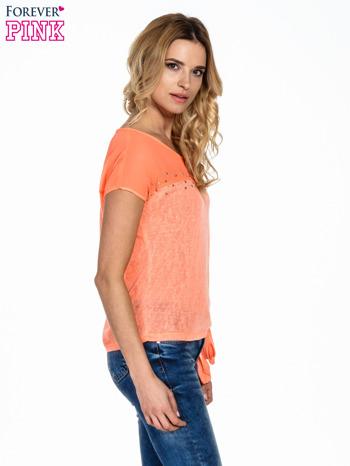Koralowy t-shirt z wiązaniem z boku                                  zdj.                                  3