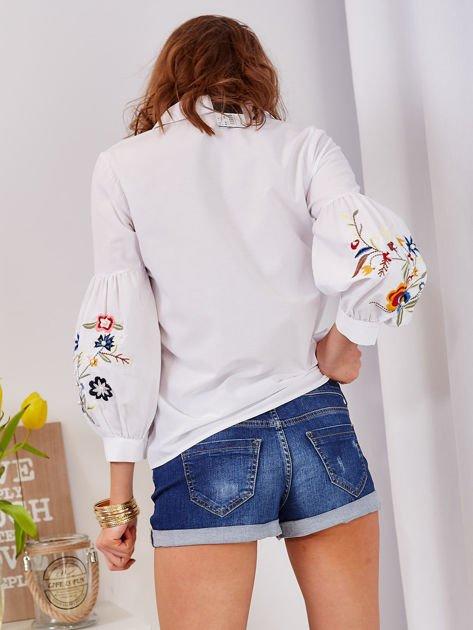 Koszula biała z haftowanymi rękawami                              zdj.                              2