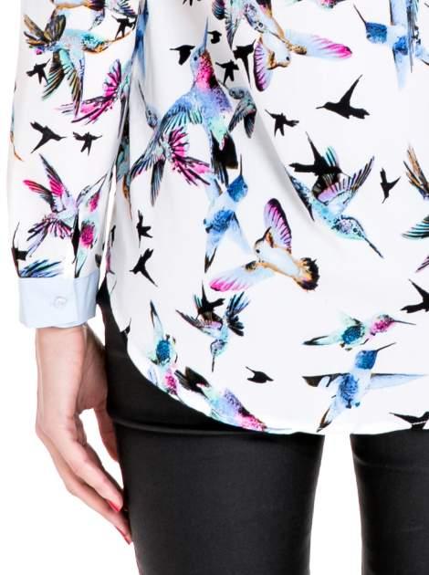 Koszula w kolibry z błękitnym kołnierzykiem, mankietami i listwą                                  zdj.                                  8