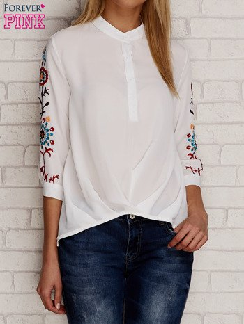 Koszula z drapowaniem i folkowym haftem na rękawach biała                                  zdj.                                  1