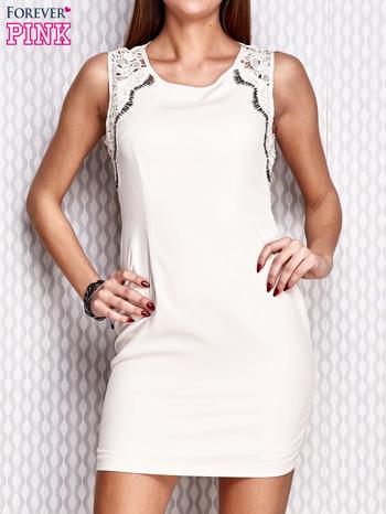 Kremowa dopasowana sukienka z koronkowymi wstawkami                                  zdj.                                  1