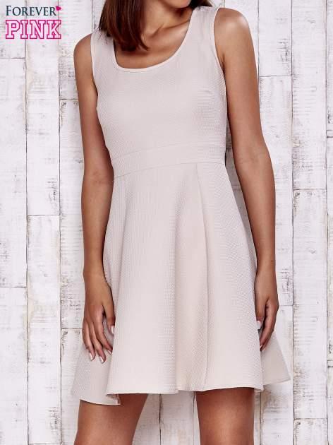 Kremowa fakturowana rozkloszowana sukienka                                  zdj.                                  1
