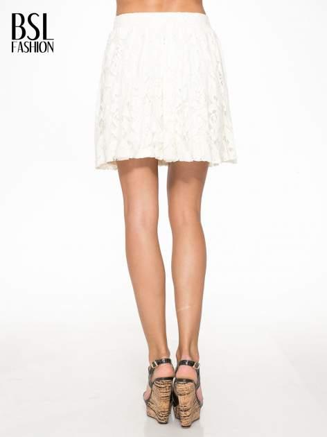 Kremowa koronkowa mini spódniczka na gumkę                                  zdj.                                  4