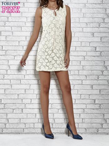 Kremowa koronkowa sukienka z wiązaniem przy dekolcie                                  zdj.                                  4