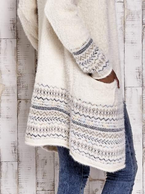 Kremowy długi włochaty sweter z kolorową nitką                                  zdj.                                  6