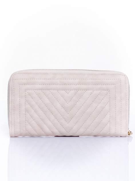 Kremowy pikowany portfel z ozdobną klamerką                                  zdj.                                  2