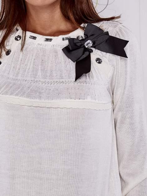 Kremowy sweter z aplikacją i kokardą przy dekolcie                                  zdj.                                  5