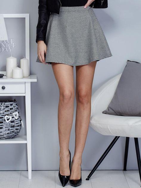 Krótka rozkloszowana spódnica w drobny wzór czarna                              zdj.                              1