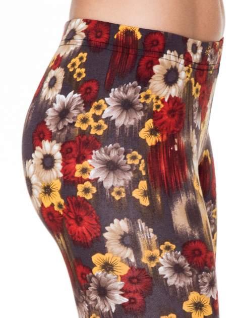 Kwiatowe legginsy w kolorze brązowym                                  zdj.                                  5