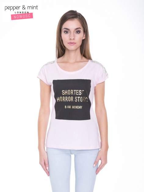 Liliowy t-shirt z zabawnym nadrukiem SHORTEST HORROR STORY 8 AM. MONDAY                                  zdj.                                  1