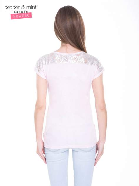 Liliowy t-shirt z zabawnym nadrukiem SHORTEST HORROR STORY 8 AM. MONDAY                                  zdj.                                  4