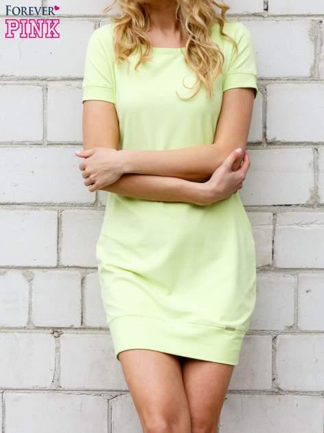 Limonkowa gładka sukienka ze ściągaczem na dole                                  zdj.                                  1